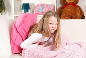 Почему у ребенка болит живот и что делать?